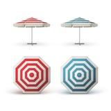 Комплект красного голубого Striped парасоля кафа патио внешнего Стоковое фото RF