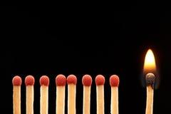 Комплект 8 красного и горящих деревянных спичек одного Стоковые Изображения RF