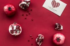 Комплект красного цвета с едой и насмешкой взгляд сверху карточки влюбленности вверх Стоковое Фото
