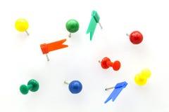 Комплект красочного нажима цвета прикалывает канцелярские кнопки взгляд сверху изолированное дальше Стоковая Фотография RF