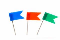 Комплект красочного нажима цвета прикалывает канцелярские кнопки изолированные на белом bac Стоковые Фото