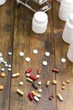 Комплект красочных пилюлек и капсул Стоковая Фотография RF