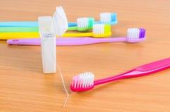 Комплект красочных toothbrushs с зубоврачебной зубочисткой Стоковое Изображение RF