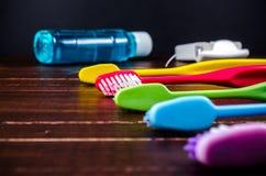 Комплект красочных toothbrushs с mountwash и зубоврачебными flos Стоковые Фотографии RF