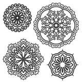 Комплект круглых флористических орнаментов шнурка - черным по белому предпосылка Стоковые Фотографии RF