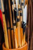 Комплект крупного плана средневековый старых деревянных стрелок с кожаным колчаном Стоковое Изображение