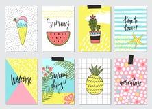 Комплект милой нарисованных рукой карточек лета, предпосылка Праздник, перемещение, тема каникул Обои, рогульки, приглашение, пла Стоковые Фото