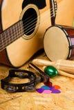 Комплект музыкальных инструментов на OSB стоковое изображение