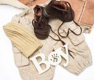 Комплект младенца одевает для мальчика на белой предпосылке Стоковое Фото