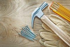 Комплект ногтей молотка с раздвоенным хвостом метра защитных перчаток деревянных на древесине Стоковые Фото