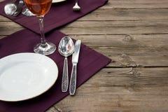 Комплект обедающего на деревянном столе с тканью Стоковое Фото