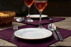 Комплект обедающего на ткани на деревянном столе Стоковые Изображения RF