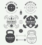 Комплект логотипов, ярлыков, значков и элементов спортзала в винтажном стиле иллюстрация штока