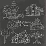 Комплект домов и деревьев на черноте также вектор иллюстрации притяжки corel Стоковое Изображение