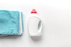 Комплект домоустройства с полотенцами и пластичными бутылками в насмешке взгляд сверху прачечной вверх Стоковая Фотография RF