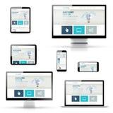 Комплект отзывчивых дизайнов вебсайта в электронных устройствах Стоковое фото RF