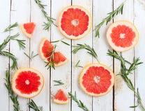 Комплект отрезанного грейпфрута с розмариновым маслом на деревянной предпосылке Стоковые Фотографии RF
