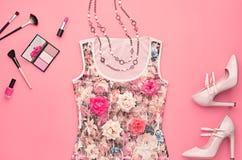 Комплект очарования моды стильный Предметы первой необходимости косметические стоковое изображение rf