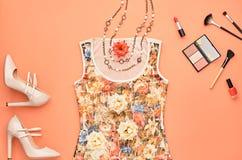 Комплект очарования моды стильный Предметы первой необходимости косметические Стоковые Изображения