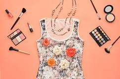 Комплект очарования моды стильный Предметы первой необходимости косметические Стоковые Фотографии RF