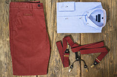 Комплект одежд человека вскользь на деревянном столе Стоковое Изображение