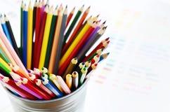 Комплект пестротканых деревянных карандашей и цветовой палитры Стоковое Изображение