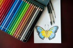 Комплект покрашенных карандашей акварели, щеток для красить и dra Стоковая Фотография