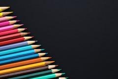Комплект покрашенных карандашей на черной предпосылке - скопируйте космос Стоковая Фотография RF