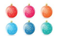 Комплект покрашенных шариков рождества на белой предпосылке Стоковая Фотография RF