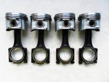 Комплект поршеней и штаног для двигателя автомобиля на предпосылке Стоковое Фото