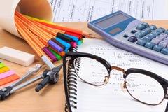 Комплект поставек канцелярских принадлежностей или математики офиса Стоковое фото RF
