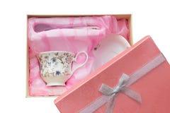 Комплект подарка чашки, плиты и ложки в открытой коробке изолированной над белизной Стоковые Фото