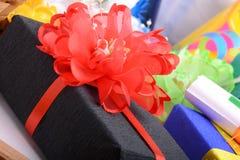 Комплект подарочной коробки и красного смычка Стоковое фото RF