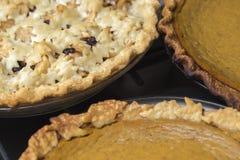 Комплект полных свежих испеченных пирогов Яблока и тыквы охлаждая сверх Стоковое Изображение