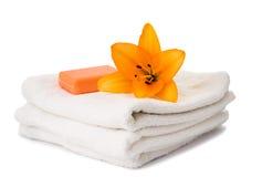 комплект полотенец при изолированная лилия Стоковые Фото