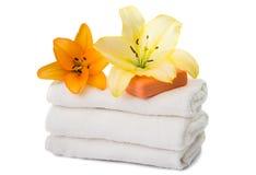 комплект полотенец при изолированная лилия Стоковая Фотография