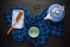 Комплект предпосылки чая Китая керамический чайник с чашкой на деревянном Стоковая Фотография
