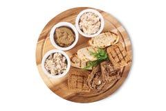 Комплект провозглашанный тост на деревянной плите Стоковое Изображение