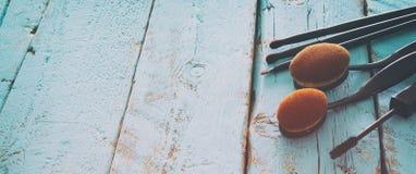 Комплект профессиональных щеток состава на деревянном столе Стоковое Фото