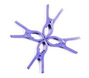 Комплект пурпура 4 зажимок для белья пластичный вокруг изолированный Стоковые Изображения RF