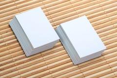 Комплект 2 пустой визитной карточки на деревянной предпосылке Стоковая Фотография