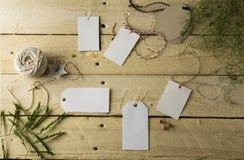 Комплект пустых бумажных ценников, деревянная предпосылка Стоковое фото RF