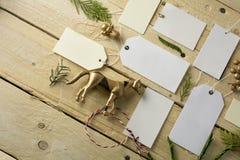 Комплект пустых бумажных ценников, деревянная предпосылка Стоковые Фото