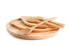 Комплект пустых деревянных плиты и ложек, на белизне Стоковое Изображение