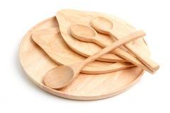 Комплект пустых деревянных плиты и ложек, на белизне Стоковые Изображения