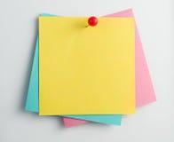 Комплект пустых липких примечаний при pushpin изолированный на белой предпосылке Стоковое Фото