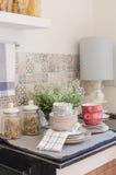 Комплект плит и блюда на счетчике в комнате кухни Стоковое Изображение RF