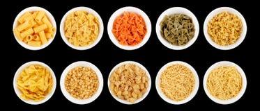 Комплект разных видов макаронных изделий на черной предпосылке Стоковые Фото