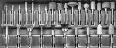 Комплект различных аксессуаров для мини машины сверла в черно-белом Стоковые Фото