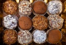 Комплект различных видов домодельных трюфелей шоколада в golde Стоковое Изображение RF